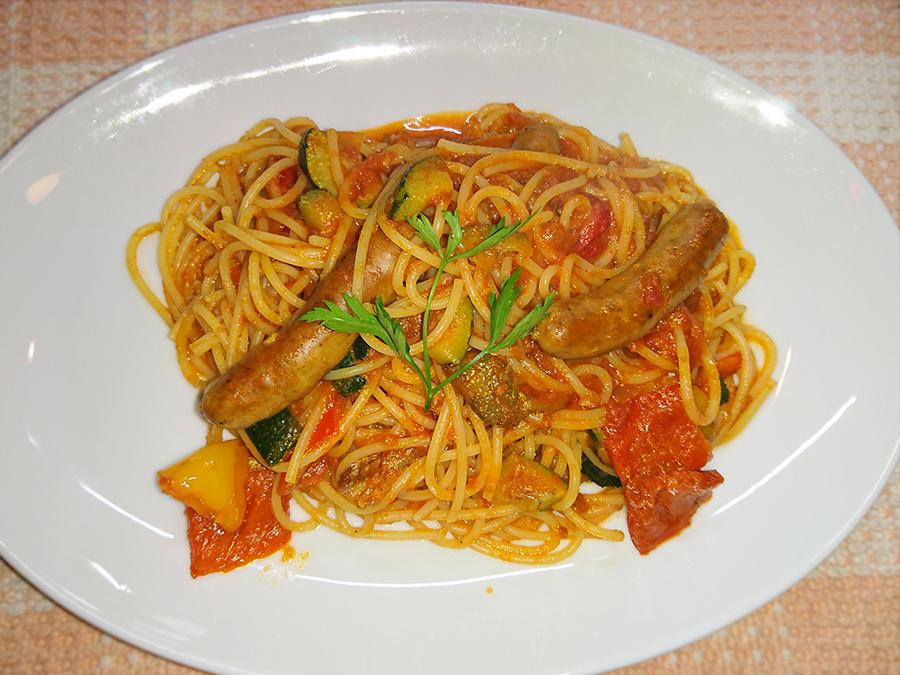 チリソーセージと彩り野菜のトマトソース
